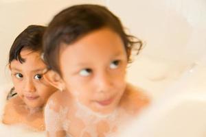 kinderen plezier in de badkuip foto