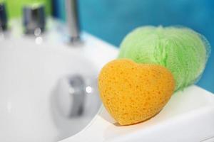 sponzen in de badkamer foto