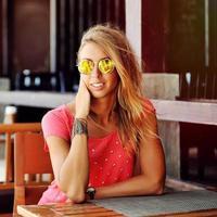 openluchtportret van jonge vrouw in zonnebril - sluit omhoog foto