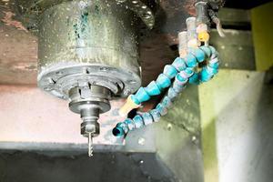 cnc freesmachine freeskoppen in de metaalindustrie met koelvloeistof foto