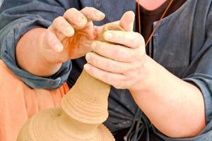 handen die aardewerk maken foto