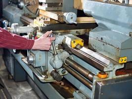 man werkt voor productiemachine