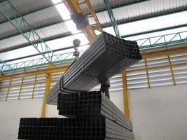 het werken met kraan lucht in staalpakhuis foto