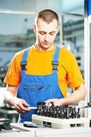 werknemer op gereedschap workshop foto