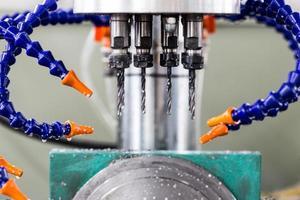 boormachine in fabrieksworkshop foto