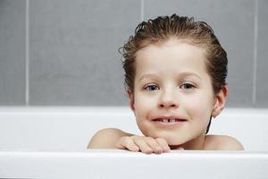 jongen in bad foto