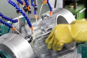 werknemer werkende boormachine in fabriek