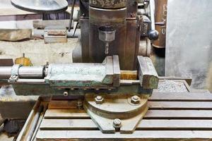 bankschroef en boor van oude saaie machine close-up foto
