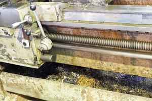 metalen draaien in de opvangbak van de draaibank foto