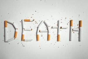 woord dood, gemaakt van sigaretten foto