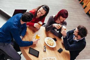 groep vrienden in taverne foto