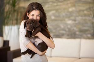 prachtige jonge vrouw en haar puppy foto