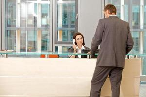 jonge caucassian secretaris meewerkende zakenman foto