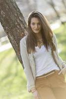 mooie jonge vrouw in het park foto