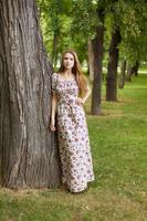 mooie jonge vrouw glimlacht in het park