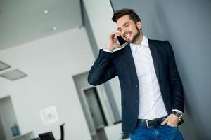 jonge man met mobiele telefoon foto