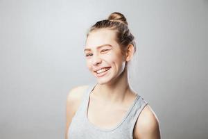 close-up van een mooie jonge vrouw knipogen