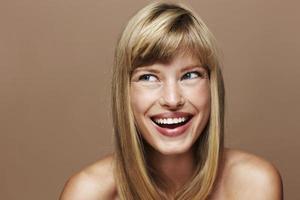geïnspireerde blonde dame in studio foto
