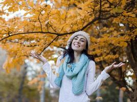 jonge vrouw in herfst bos foto