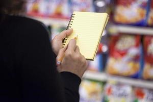 vrouw in de supermarkt foto