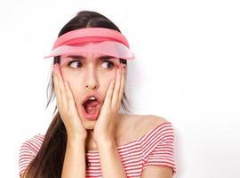 verrast jonge vrouw met open mond foto