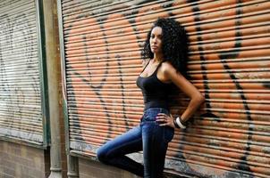 zwarte vrouw met afro kapsel in stedelijke achtergrond