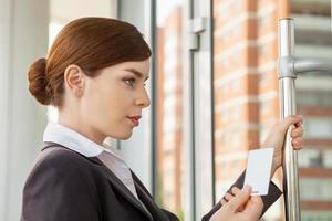 vrouw maakt gebruik van elektronische pas. foto