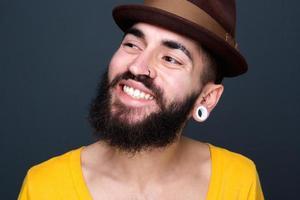 zelfverzekerde jonge man met baard glimlachen foto