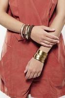close up van jonge vrouw in modieuze kleding, studio foto