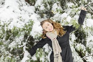 jonge vrouw in de winter foto