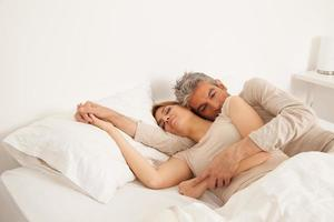 paar slapen in zijn bed foto