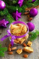 Italiaanse biscottikoekjes op de lijst van het nieuwjaar. foto