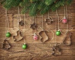 koekjes uitsteker en kerstballen foto