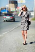 jonge vrouw op een straat in de stad foto
