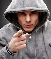 close-up van een gevaarlijke gangster foto