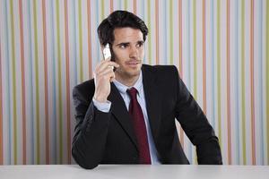 zakenman praten op zijn mobiel foto