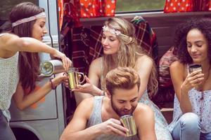 hipster vrienden in camper op festival foto