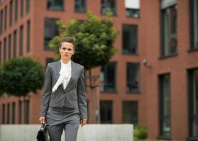 zakenvrouw met werkmap wandelen