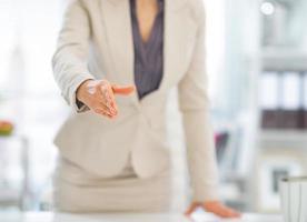 close-up op zakenvrouw strekken hand voor handdruk foto