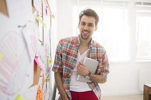 jonge man naast het bestuur op kantoor foto