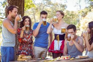 vrienden drinken in het park foto