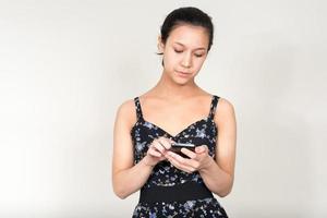 mooie vrouw permanent en met behulp van mobiele telefoon foto