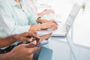 sluit omhoog van collega's gebruikend laptop en tablet