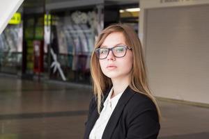portret van een jonge zakenvrouw met een bril