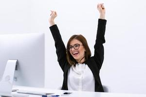 gelukkig zakenvrouw met opgeheven handen omhoog foto