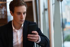 zakenman op zoek naar zijn telefoon foto
