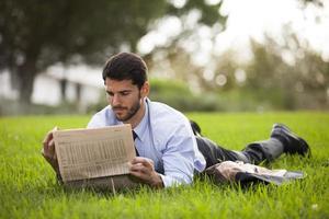 zakenman die de krant leest foto
