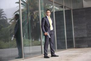 veiligheid zakenman met een pistool foto