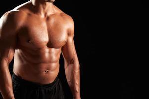 mannelijke bodybuilder met ontbloot bovenlijf, gewas