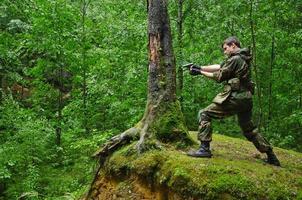 soldaat in het bos foto